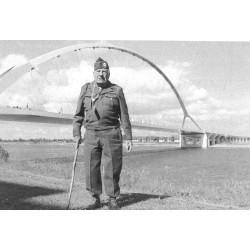 Vince visite le nouveau pont sur la rivière Waal